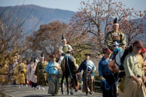 池神社から会場へ向かう一行(写真 森山雅智)