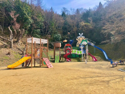 巨大ごんたくんがお出迎え‼カラフルな大型複合遊具のある公園‼[下市中央公園]